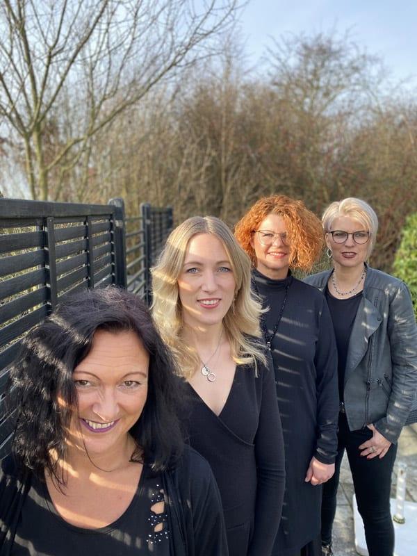 Das mk-Team im Garten des Friseursalons